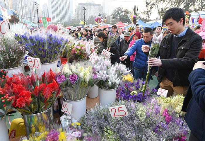ชาวฮ่องกงซื้อดอกไม้เสริมสิริมงคลรับตรุษจีน