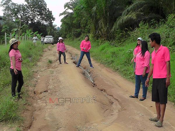 พระและชาวบ้าน ต.ประสงฆ์เดินหน้าซ่อมถนนต่อไม่สนคำขู่ปลัด อบต.