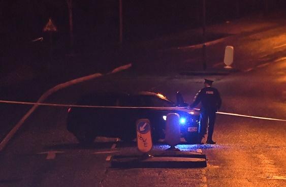 รถตำรวจไอร์แลนด์กำลังปิดถนนหลังจากพบมีการปล้นชิงรถบรรทุกเกิดขึ้น ซึ่งทางตำรวจเชื่อว่ามีวัตถุระเบิดอยู่ด้านใน วันจันทร์(21)