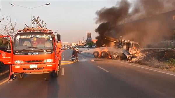 ระทึก!! รถพ่วง 18 ล้อเสียหลักตกข้างทางยางระเบิดไฟลุกท่วม