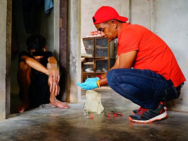 จับหนุ่มวัยรุ่นชาวพัทลุงโยนยาบ้าทิ้งข้างกำแพงบ้าน ขณะเห็น จนท.บุกเข้าตรวจค้น