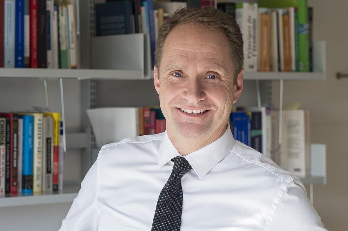 Prof. Philippe Gugler ผู้อำนวยการศูนย์กลางการศึกษาเพื่อขีดความสามารถในการแข่งขัน (Center for Competitiveness) มหาวิทยาลัยไฟร์บวร์ก ประเทศสวิสเซอร์แลนด์ (The University of Fribourg)
