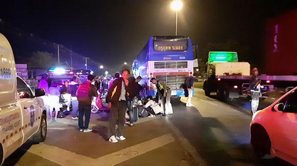 ทัวร์กรุงเทพ-ระนอง เสยท้ายรถบรรทุกมะพร้าวทำให้มีคนตาย 1 เจ็บ 4