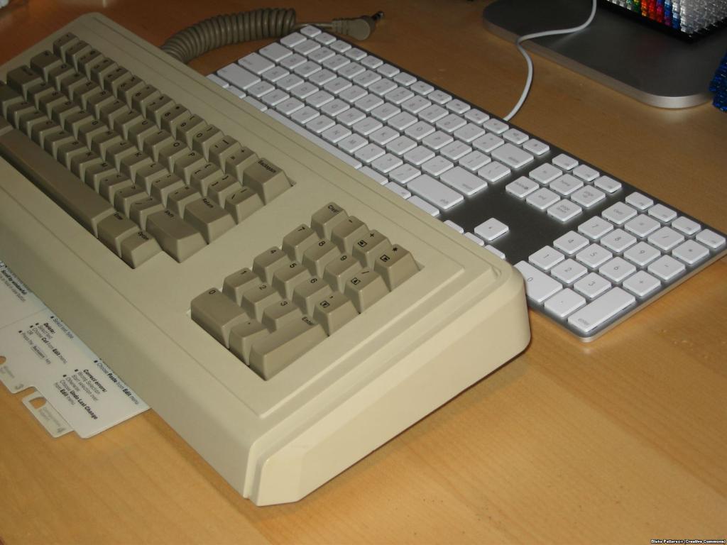 คีย์บอร์ดของ Apple รุ่นปี 1984 เทียบกับปี 2007