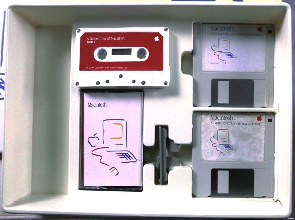 ชุดอุปกรณ์เสริมของ 128K Macintosh มีเทปคลาสเซ็ตแนะนำการใช้งานด้วยเสียง