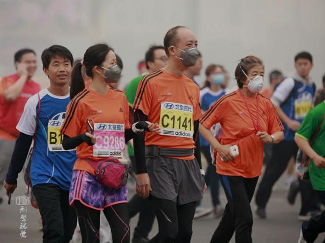 ประชาชนออกมาวิ่งงานมาราธอนปักกิ่งปี 2014 คนจำนวนมากใส่หน้ากากป้องกัน (ที่มา เอเจนซี่)