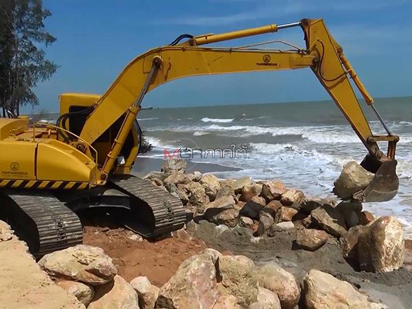 แขวงทางหลวงชนบทสงขลา เร่งขนเครื่องจักรทำแนวเขื่อนกันคลื่นซ่อมถนนเลียบชายทะเล