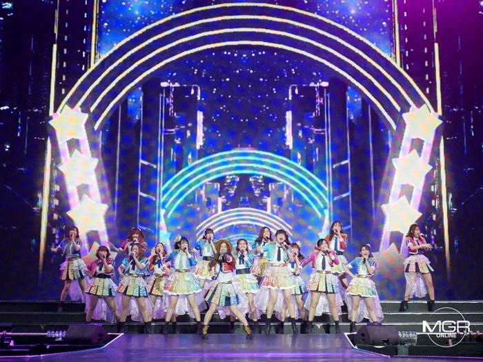 จัดเต็ม! บรรยากาศคอนเสิร์ตใหญ่ BNK48 ก่อนลุ้นผลเลือกตั้ง