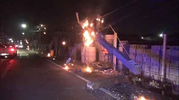 รถบรรทุกเนื้อไก่เฉี่ยวเสาไฟฟ้าหักเพลิงลุก โชคดีดับทันก่อนลามเข้าบ้านคน