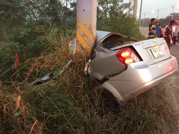 เก๋งชนเสาไฟฟ้า คนขับดับคาที่ อีก 3 รายบาดเจ็บพบใบกระท่อมตกเกลื่อนเต็มรถ