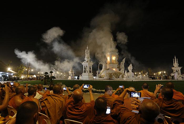 """ถวายเพลิงจริงสรีรสังขาร """"หลวงพ่อคูณ"""" ปชช.แห่ร่วมน้อมส่งดวงวิญญาณ"""