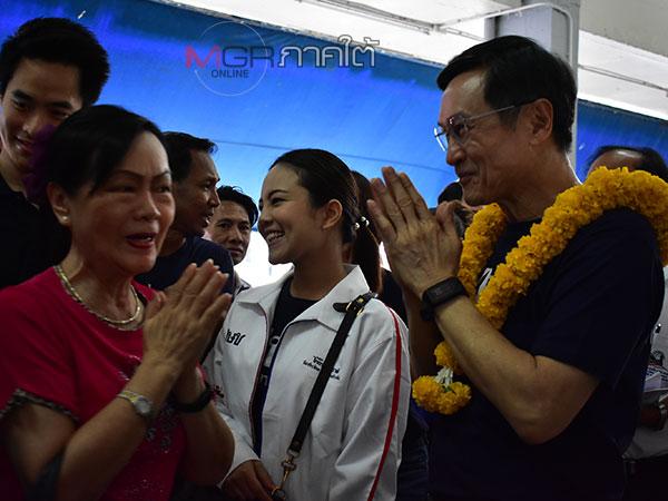 """""""ณัฐวุฒิ"""" ควง หน.พรรคไทยรักษาชาติเดินอ้อนหาเสียงชาวบ้านพัทลุงที่ตลาดเพียรยินดี"""