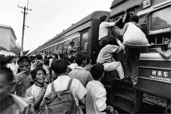 ภาพประชาชนกำลังแย่งกันขึ้นรถไฟสถานีมณฑลเสฉวนปี ค.ศ. 1992 เนื่องจากสมัยนั้นรถไม่เพียงพอกับความต้องการของผู้โดยสารจำนวนมาก