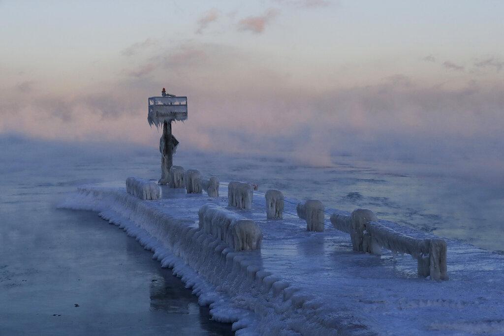 <i>แสงไฟของท่าเรือถนนสายที่ 39 (39th Street Harbor) ในนครชิคาโก ถูกปกคลุมจากหิมะและน้ำแข็งที่ลอยเหนือทะเลสาบมิชิแกน เมื่อวันพุธ (30 ม.ค.)  ขณะที่ความหนาวยะเยือกจากขั้วโลกเหนือแผ่เข้าปกคลุมพื้นที่จำนวนมากของแถบมิดเวสต์ในสหรัฐฯ </i>