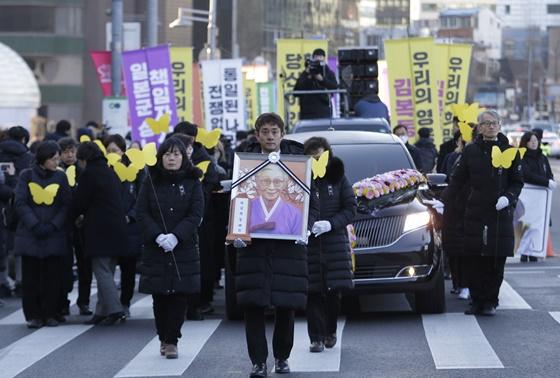 "In Pics&Clip: ชาวเกาหลีใต้มาร์ชพร้อมกับหีบศพ ""คิม บก-ดอง"" นักเคลื่อนไหวอดีตหญิงผ่อนคลายอารมณ์ ประท้วงสถานทูตญี่ปุ่นกลางกรุงโซล"
