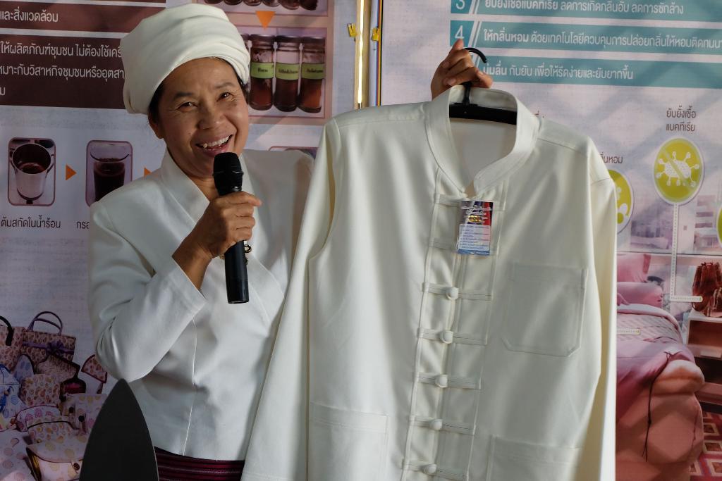 นางมาลี กันทาทรัพย์ ตัวแทนวิสาหกิจชุมชนกลุ่มแปรรูปผ้าฝ้ายทอมือ-ผ้าฝ้ายนาโนบ้านหนองเงือก