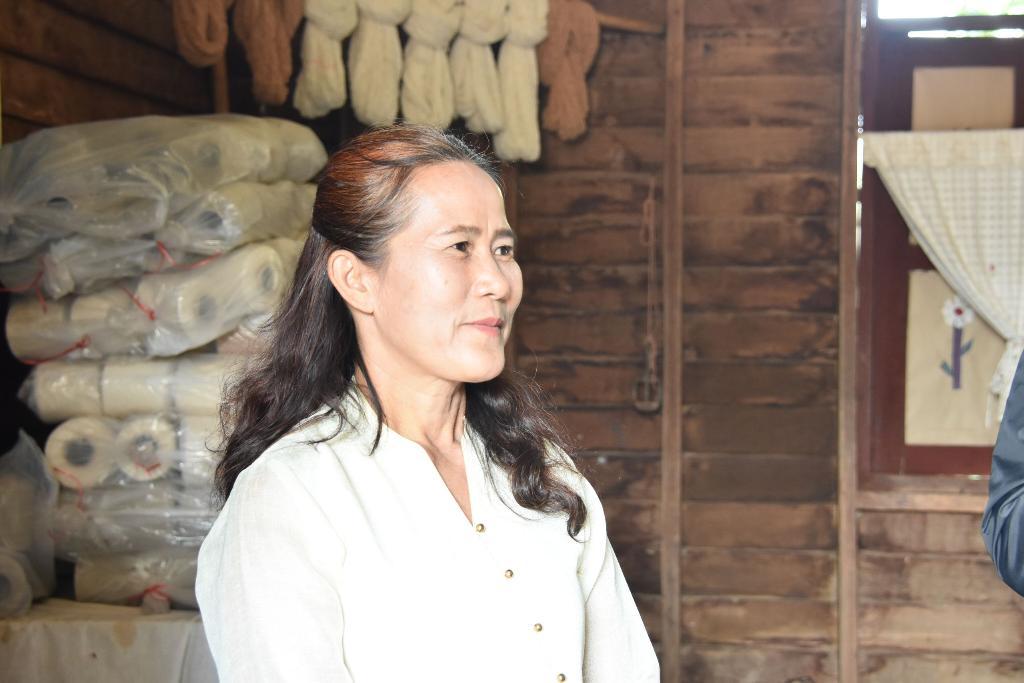 นางกัลยาณี เกตุแก้ว ฝ่ายการตลาดกลุ่มวิสาหกิจชุมชนกลุ่มพัฒนาอาชีพผู้สูงอายุบ้านก้อทุ่ง ต.ก้อ อ.ลี้ จ.ลำพูน