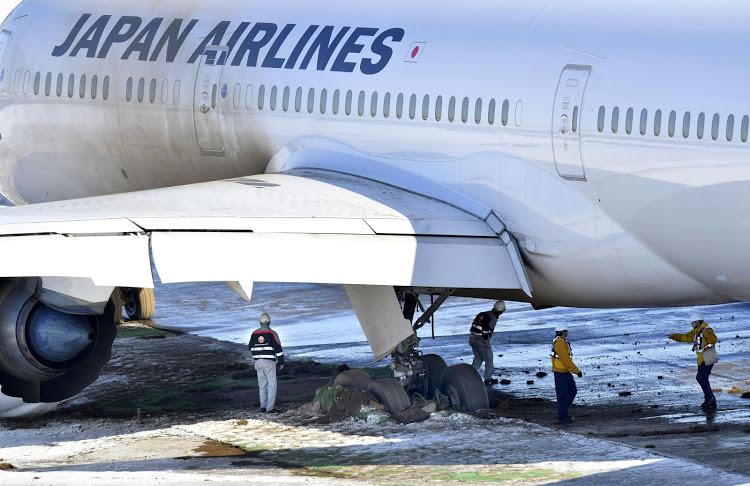"""เครื่องบิน """"แจแปน แอร์ไลน์"""" ไถลออกนอกรันเวย์ที่สนามบินนาริตะ"""