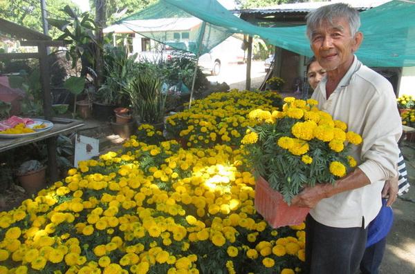 คุณลุงขาว ไพโรจน์วรการ วัย 68 ปี ชาวไทยเชื้อสายเวียดนาม