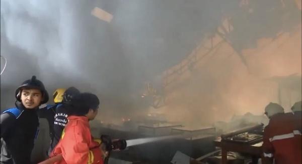 ไฟไหม้ โรงงานเฟอร์นิเจอร์ ทั้งโรงงาน เชื่อสาเหตุไฟฟ้าลัดวงจรสูญนับล้าน