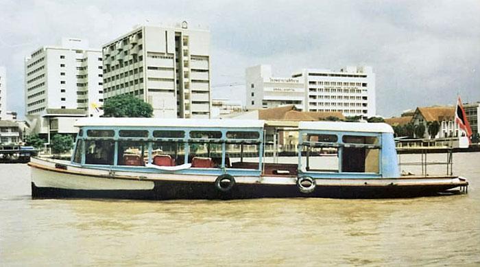 เรือข้ามฟาก เรือสุภาพรรณ 47 (ภาพจากหนังสือ : ชีวิตคือการต่อสู้ จัดพิมพ์เป็นอนุสรณ์เนื่องในงานพระราชทานเพลิงศพคุณหญิงสุภัทรา สิงหลกะ)