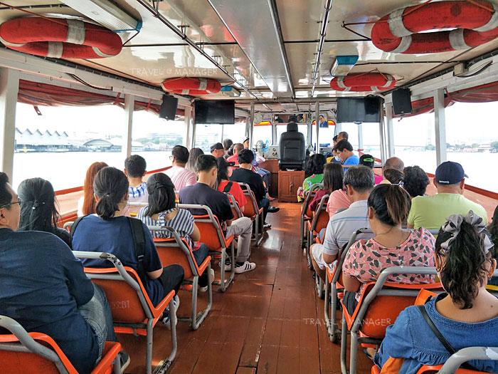 บรรยากาศภายในเรือธงส้ม แต่ช่วงเวลาเร่งรีบก็คนเยอะไม่แพ้รถเมล์