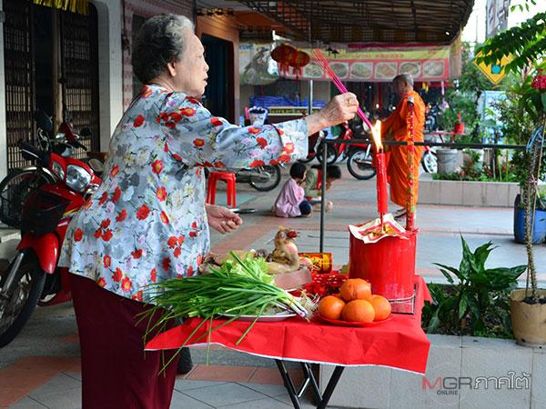 ชาวไทยเชื้อสายจีนใต้สุดแดนสยามตั้งโต๊ะสักการะเทพเจ้าขอพรเสริมมงคลและเกิดความสงบสุขขึ้น