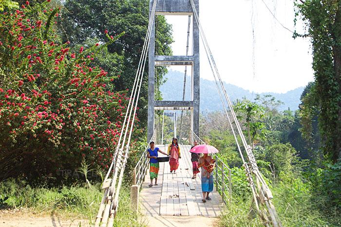 สะพานแขวนเชื่อมสองหมู่บ้าน