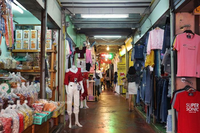 อีกหนึ่งตรอกนี้ก็มีให้เลือกซื้อเสื้อผ้าสินค้าแฟชั่นสไตล์เกาหลี ญี่ปุ่น