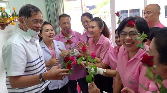 """ผู้ป่วยแห่ให้กำลังใจ """"บิ๊กแจ๊ด"""" หลังถูกสาธารณะสุขบุกตรวจคลินิกแพทย์แผนไทย"""