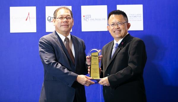 ภีมะ ฮัดเจสสัน ผู้อำนวยการ ฝ่ายการตลาดรถเพื่อการพาณิชย์ บริษัท โตโยต้า มอเตอร์ ประเทศไทย จำกัด รับมอบรางวัล ด้านการขาย จากรถยนต์เพื่อการพาณิชย์ขนาด 1 ตัน (1 Ton Pickup)