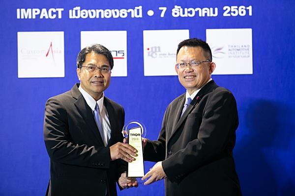 รถเพื่อการพาณิชย์ ขนาด 1 ตัน แบบกระบะตอนครึ่ง 2 ประตู / โตโยต้า ไฮลักซ์ รีโว สมาร์ทแคบ รับรางวัลนี้ โดย ธวัช เรื่ยวแรง ผู้ช่วยกรรมการผู้จัดการใหญ่ บริษัท โตโยต้า มอเตอร์ ประเทศไทย จำกัด
