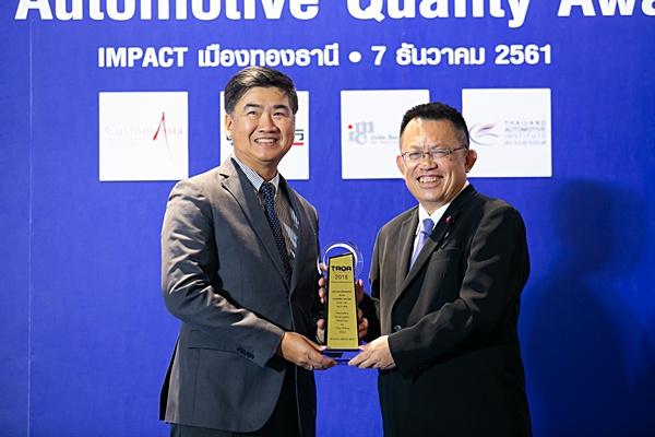 รถเพื่อการพาณิชย์ แบบ 4 ประตู / โตโยต้า ไฮลักซ์ รีโว ดับเบิ้ลแคบ รับรางวัล โดย วิเชียร ฉันทศิริพันธุ์ ผู้ช่วยกรรมการผู้จัดการใหญ่ บริษัท โตโยต้า มอเตอร์ ประเทศไทย จำกัด