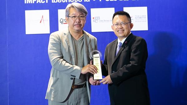 ความปลอดภัยระดับสูง / เมอร์เซเดส เบนซ์ โดย อัชฌ์ บุณยประสิทธิ์ ผู้จัดการฝ่ายการตลาดและสื่อสารองค์กร บริษัท เมอร์เซเดส เบนซ์ (ประเทศไทย) จำกัด รับรางวัล