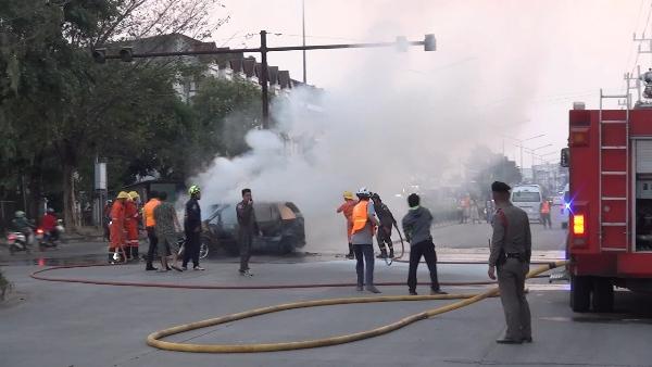 ระทึก!ไฟไหม้เก๋งวอดทั้งคันกลางถนนลำปาง คนขับจอดรถวิ่งหนีตายหวุดหวิด