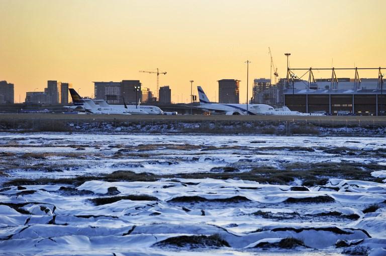 ผลพวงจากลมหมุนขั้วโลกที่ส่งผลให้เที่ยวบินจำนวนมากกว่า 2,000 เที่ยวที่สนามบินโลแกน (Logan Airport) ในบอสตัน สหรัฐฯ ต้องยกเลิก (Joseph PREZIOSO / AFP)