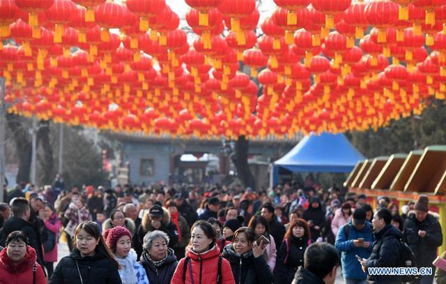 นักท่องเที่ยวเข้าร่วมงานวัด ในกรุงปักกิ่ง เมื่อวันที่ 5 กุมภาพันธ์ 2019 ซึ่งเป็นวันแรกของวันตรุษจีน (ภาพซินหวา)