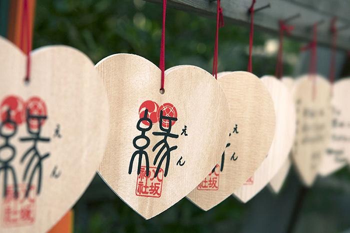 เขียนคำอธิษฐานลงบนแผ่นไม้รูปหัวใจ อีกหนึ่งความเชื่อเรื่องความรักที่ศาลเจ้ายาซากะ (ภาพ : JNTO )