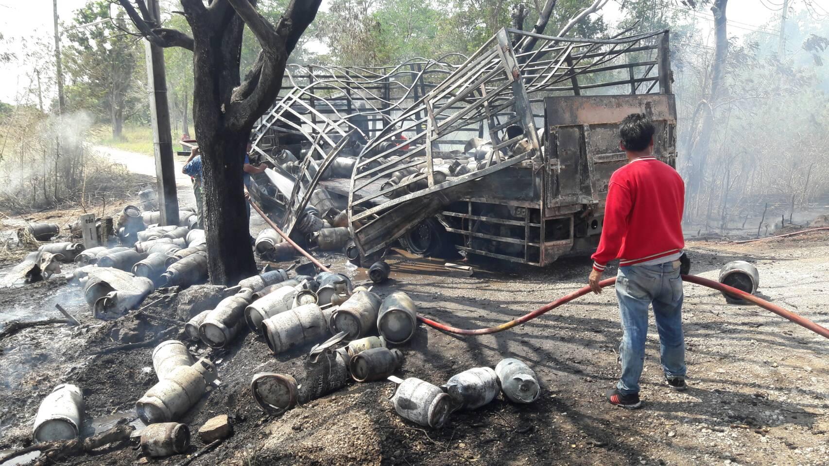 เกิดเหตุรถบรรทุกแก๊ส หุงต้ม 150 ถังระเบิดไฟลุกท่วมเป็นวงกว้าง