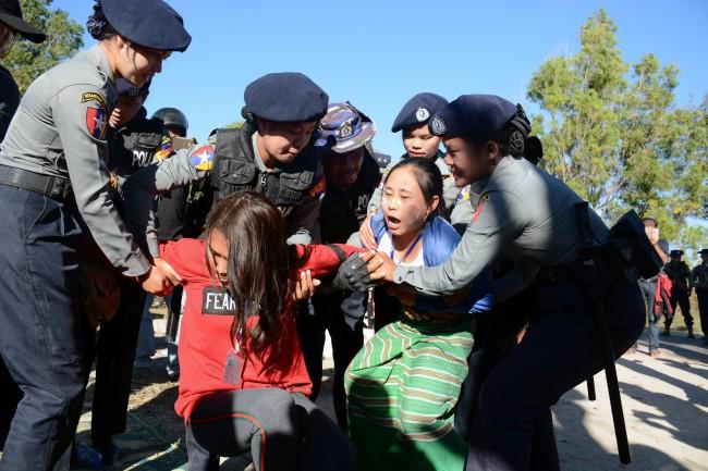 ตำรวจพม่ารวบผู้ชุมนุมชนกลุ่มน้อยประท้วงต้านรูปปั้นนายพลอองซาน