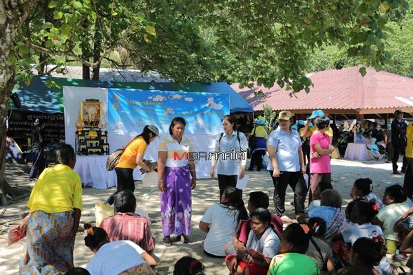 """""""ชาวมอแกน"""" ขอบคุณธารน้ำใจพี่น้องชาวไทย ที่หลั่งไหลเข้ามาขาดสาย หลังไฟไหม้วอดเกือบทั้งเกาะ"""