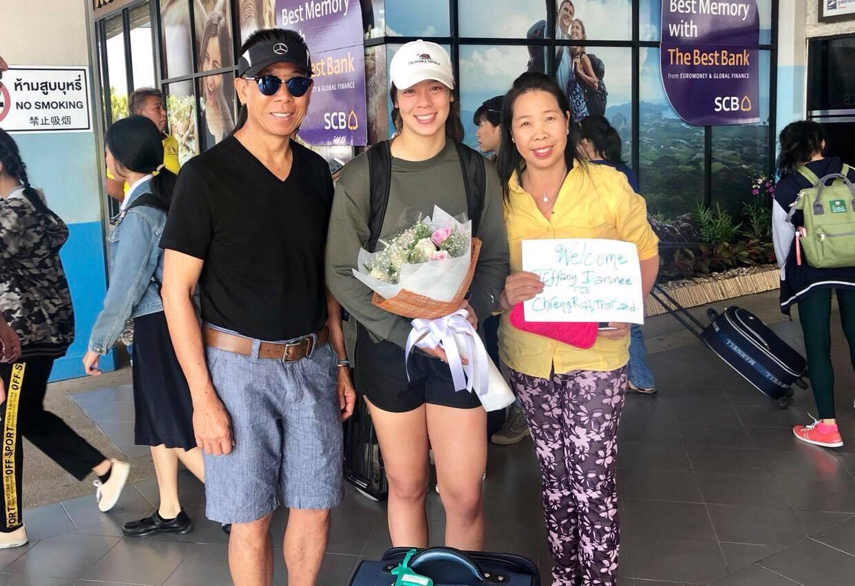 """น่ารักนะเนี่ย!! """"ทิฟฟานี"""" แข้งสาวไทย-เดนมาร์กถึงไทย เข้าแคมป์ทัพ """"ชบาแก้ว"""""""