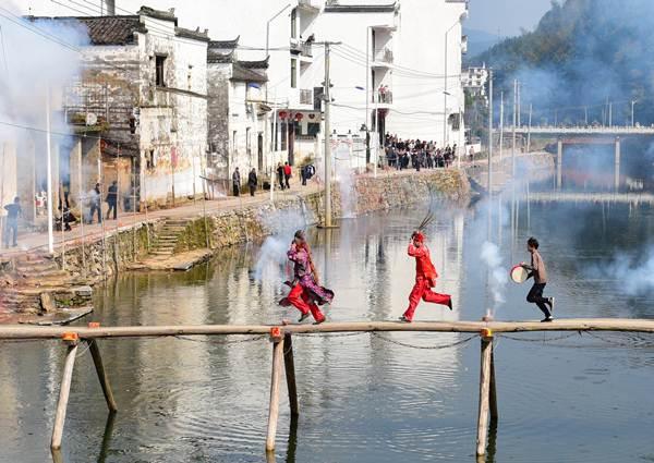 ศิลปินพื้นบ้านนักแสดงอุปรากรหนัว ฉลองเทศกาลตรุษจีนใน อำเภออู่หยวน มณฑลเจียงซี วันที่ 6 ก.พ. (ภาพ รอยเตอร์ส)