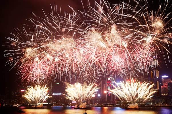 ฮ่องกงจุดพลุดอกไม้ไฟฉลองตรุษจีนที่วิคตอเรีย ฮาร์เบอร์ในวันที่ 6 ก.พ. (ภาพ รอยเตอร์ส)