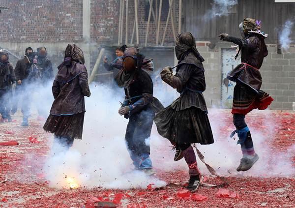 กลุ่มชาวบ้านกำลังฉลองเทศกาลตรุษจีนในเขตปกครองตัวเองชนชาติจ้วงมณฑลกว่างซี (ภาพ รอยเตอร์ส)