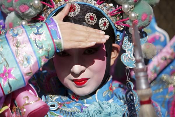 นักแสดงในชุดอุปรากรจีนกำลังรอเข้าร่วมขบวนพาเหรดฉลองตรุษจีนในกรุงลิสบอน โปรตุเกส วันที่ 9 ก.พ. (ภาพ เอพี)