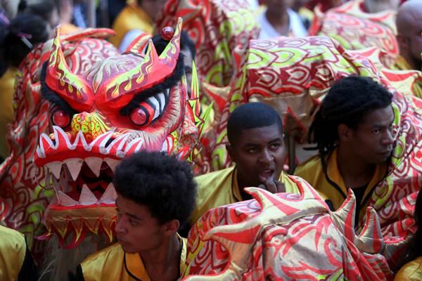 การแสดงเชิดสิงโตฉลองเทศกาลตรุษจีนในเซา เปาโล ประเทศบราซิล วันที่ 9 ก.พ. (ภาพ รอยเตอร์ส)