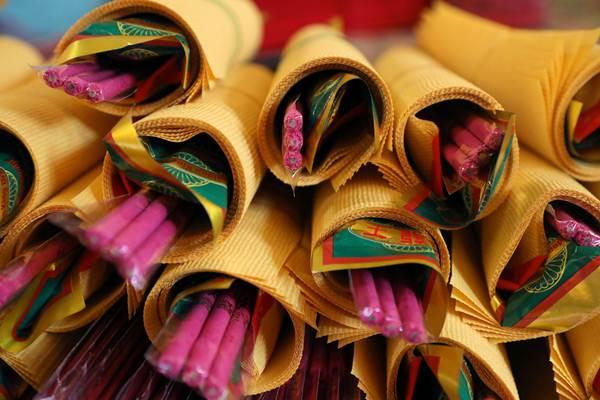 วัดในร่างกุ้ง เมียนมาร์ เตรียมธูปเทียนก่อนเทศกาลตรุษจีน วันที่ 4 ก.พ. (ภาพ รอยเตอร์ส)