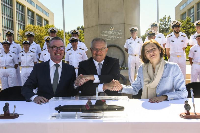 (จากซ้ายไปขวา) คริสโตเฟอร์ ไพน์ รัฐมนตรีกระทรวงกลาโหมออสเตรเลีย, นายกรัฐมนตรี สก็อตต์ มอร์ริสัน แห่งออสเตรเลีย และ ฟลอรองซ์ พาร์ลีย์ รัฐมนตรีกระทรวงกลาโหมฝรั่งเศส ร่วมพิธีลงนามข้อตกลงหุ้นส่วนทางยุทธศาสตร์เพื่อการจัดสร้างฝูงเรือดำน้ำโจมตีให้แก่กองทัพออสเตรเลีย ณ กรุงแคนเบอร์รา วันนี้ (11 ก.พ.)