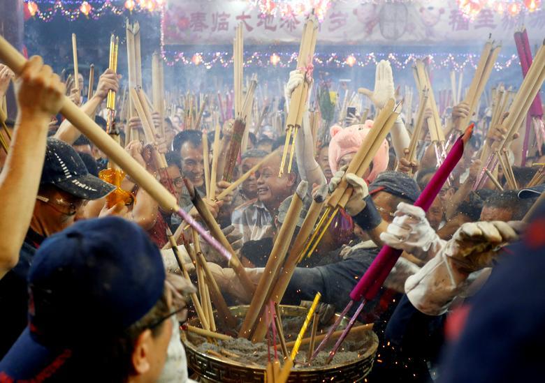 ชาวสิงคโปร์แห่กันไปไหว้เจ้าในช่วงเทศกาลตรุษจีน